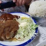 文福飯店 - ハンバーグ!これに味噌汁、漬物付き