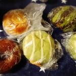 ペンギンベーカリーカフェ - スイカパン(¥220)、北海道メロンパン(¥250×2)、ベーグル(¥180)、オレンジヨーグルト(¥200)。 一番はメロンパンかな!