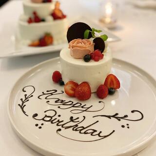 お誕生日や記念日にはパティシェ特製のケーキを