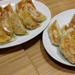 燕京飯店 - 自家製焼き餃子、美味しいので四人前◎
