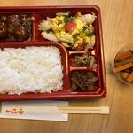 i-pinshan - 私は500円の日替わり弁当と100円のお惣菜を購入です。
