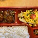 i-pinshan - お弁当のおかずはメインがミートボールとイカとキノコの玉子炒め。