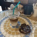 136885803 - 右:ダブルチョコチャンククッキー…税込150円 左:アイスカフェラテ…税込300円