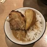 麺場 田所商店 - ミニ丼を作る。