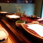 みかわ 是山居 - カウンターの上のご主人のミニ盆栽