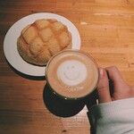 ビージーカフェ - リッチプレーンのメロンパンとカフェラテ