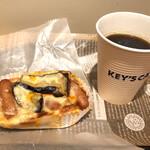 136892266 - 茄子とソーセージのボロネーゼとホットコーヒー