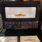 136892385 - 店内のオーブンで焼きます。