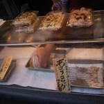 あさり屋さん  - アサリのコロッケ… アサリは揚げたてですよ〜とおばあちゃまが勧めてくれて買ったのですが… お腹いっぱい過ぎて(^_^;)帰宅してから食べる事に…