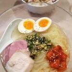 136899049 - 限定麺(冷麺)900円、チャーシューご飯250円