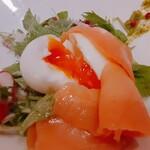 亀十料理店 - 前菜 サーモンの中から半熟タマゴ