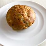 136923155 - ハムと九条ネギのブリオッシュ(172円)ほのかに甘いパン生地、九条ネギ、チーズとハムの塩気がマッチ。