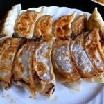 中国小皿酒家 萬徳 - 手前側が大根と牛肉の餃子、奥側がセロリと豚肉の餃子