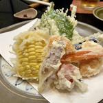 日本橋 やぶ久 - 夏野菜の天ぷら盛り合わせ 明日葉•茄子•ズッキーニ•茗荷•とうもろこし•人参•オクラ•プチトマト 軽い揚げ上がりの天ぷらは、サラサラな雪塩でいただきます♬