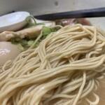 鶏の骨 - 特製 鶏の骨ラーメン 麺アップ