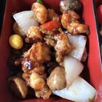 川菜味 - 川菜味御膳1300円。鶏肉の醤油炒め。ふわふわで、弾力も程よくある鶏肉を、香ばしくコクの深い醤油味で仕上げてあり、とても美味しかったです(╹◡╹)