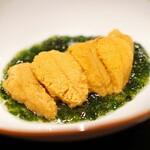 神楽坂 鉄板焼 中むら - 千葉県房州千倉の黒アワビと北海道さとうの馬糞雲丹 海苔のスープ