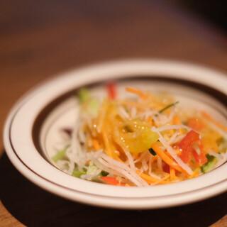 ミート矢澤 - 料理写真:まずはサラダに赤出汁