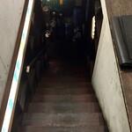 クラフト ワークス - 恐る恐る階段を降りると正面にケグが積んであって引き返しそうになります(笑)
