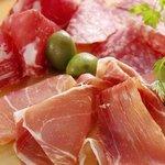 バルチキ - 生ハムの2種盛りがお得!スペインのハムVSイタリアのハム