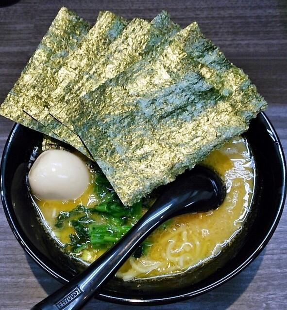 横浜家系ラーメン 戦国家 - ラーメン670円。麺硬め。海苔増し100円。