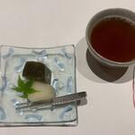 いそかみ - 抹茶葛餅と梨(鳥取県産の新甘泉という品種) あったかいお茶