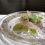 136996977 - *白甘鯛はその名の通り、甘く美味しい高級魚。 とろろ昆布で頂くのは初めてですが、程よい塩気とねっとり感が合いますね。 *太刀魚は上品な旨味を感じ、美味しい。
