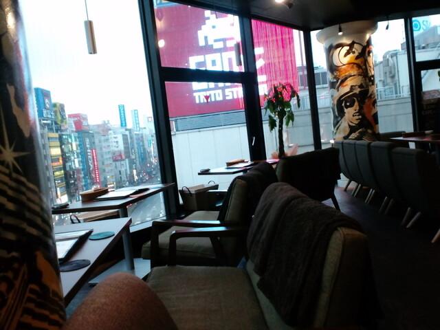 kawara CAFE&DINING 新宿東口 - カップルシートは外に向かって