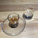 ソルズ コーヒー ラボラトリー - エスプレッソ(380円税込み)とお冷や。  クレマ、ボディ、ハートが分かれている事が 見えるから、透明グラスで出すのは 美味しさ、自信の現れと取れます。
