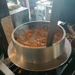 大和町もつ肉店 - 羽釜の中の煮込み