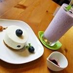 ふたばカフェ - レアチーズケーキ & ブルーベリースムージー