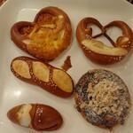 ベッカライ コンディトライ ヒダカ - トレーにとったパン