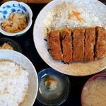 柳ばし - メンチカツ定食。おろし生姜と醤油でいただいても美味しいです♪