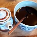 柳ばし - 卓上の醤油&ソース(器の蓋を取って撮影しました)