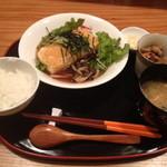 ユニ カフェ - メインに小鉢、お味噌汁、ご飯がつく定食