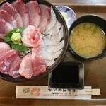 かにかにKAN魚粋 - 大漁丼〜味噌汁と漬物がセット