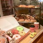 ダンボ ドーナツアンドコーヒー - 店頭のショーケース