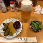 137051030 - 生ビール・お通しの枝豆・お新香盛り合わせ