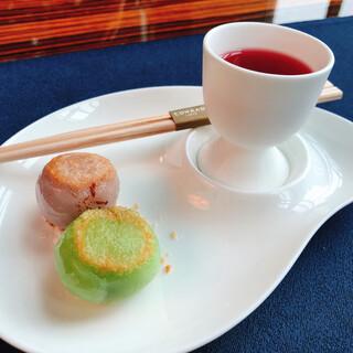 中国料理 「チャイナブルー」 コンラッド東京 - ハイビスカスのリフレッシュジュースに、カスタードとココナツのお団子
