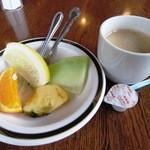 ステーキハンバーグ&サラダバーけん - サラダバーの「果物全種」/ドリンクバーの「ホットコーヒー」