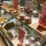 パンチャンとジョン - ショーケース内に韓国惣菜が陳列