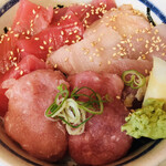 三崎市場 - マル得三崎丼