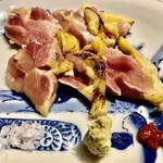Tsurukikyo - 淡海地鶏のタタキ〜お造りを淡海地鶏のタタキに快く変更して頂きましたが、これが大正解。ニンニクの摺り卸しをお願いして、更に旨味アップ。