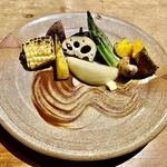 Tsurukikyo - 焼き野菜盛合せ〜流れるように綺麗に塗られた、パンチのある熟成黒ニンニクソースをつけて。流石に地物野菜は苦みも残った新鮮さが嬉しい~。