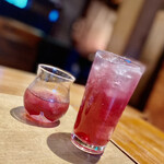 炭火割烹 蔓ききょう - 自家製の赤紫蘇を絞った飲み物がなかなか珍しい。赤紫蘇チューハイと赤紫蘇ジュースを注文して、またまたカンパーイ \( ˆoˆ )/。