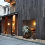 すし処 家族 - 建物の壁