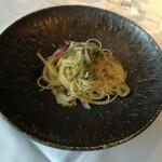 137104308 - つぶ貝と揚げ茄子、ケイパー、オリーブのスパゲッティーニ