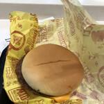137109567 - チーズバーガー140円にアイスコーヒーS100円を購入してイートインコーナーで。