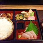13711329 - 刺身付き幕の内弁当のご飯大盛り(650円)