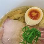 らーめんMAIKAGURA - アップ(ゆず塩らーめんの煮卵、穂先メンマ)